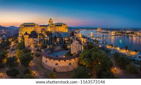 Budapest, Hungary - Aerial panoramic skyline view of beautiful illuminated Buda Castle Royal Palace with Szechenyi Chain Bridge, Hungarian Parliament at blue hour Foto stock ©