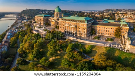 Budapest, Hungary - Aerial panoramic view of the beautiful Buda Castle Royal Palace at sunrise with Gellert Hill and Statue of Liberty at background Foto stock ©