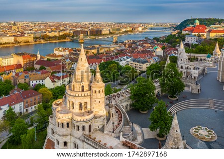 Budapest, Hungary - Aerial view of Fisherman's Bastion at sunset with Szechenyi Chain Bridge, St.Stephen's Basilica and Buda Castle Royal Palace at background on a sunny summer afternoon Foto stock ©