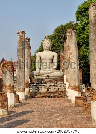 Buddha's image, which villagers call Luang Poh Yai at Wat Phra Mahathat temple, Chainat district, Thailand, and restored by the Fine Arts Department in 1983. Photo stock ©