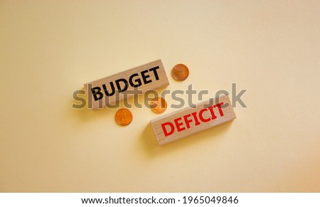 Budget deficit symbol. Concept words 'budget deficit' on blocks on a beautiful white background, metallic coins. Business and fiscal deficit concept, copy space. Foto stock ©