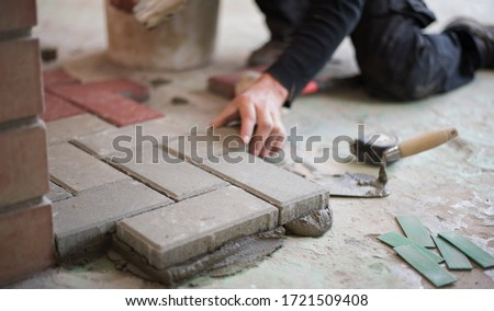 builder puts tiles in the yard. Paving slab. DIY home improvement. ストックフォト ©