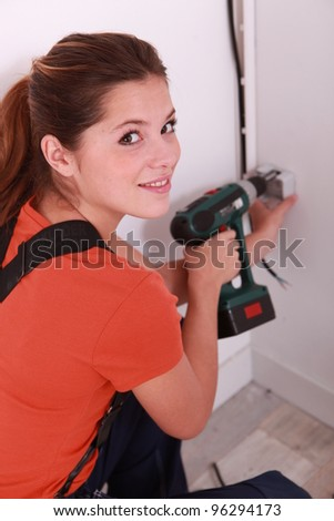 Builder using an electric screwdriver
