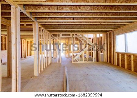 Building construction, wood framing new home under construction roof being built against blue sky Foto stock ©
