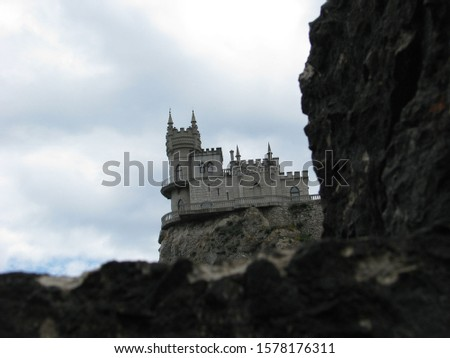 Built in 1912, the Swallow's Nest is one of the Neo-Gothic châteaux fantastiques near Yalta. Foto stock ©