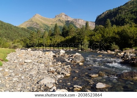 Bujaruelo Valley in the Pyrenees mountains in spring with the Ara river in foreground Foto stock ©