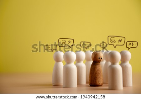 Bullying and Racist Concept. World Social Issue. Sad Person being Bullied from others. Parody and Intimidation. Doing or Saying Bad. presenting by wooden peg dolls Foto stock ©