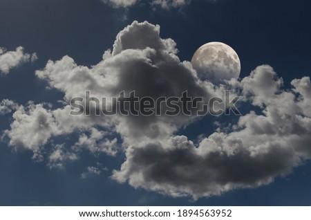 Bulutlu bir gece gökyüzünün çekici fotoğrafı Stok fotoğraf ©