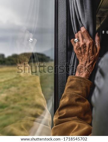 Bus - old man wrinkled traveling with window view - mano arrugada de señor viejo con vista de ventana en autobus Foto stock ©