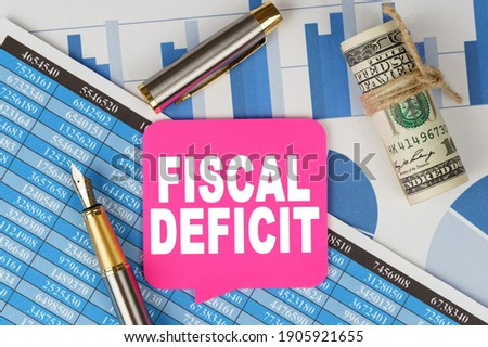Business and finance concept. Among the financial statements and charts is a note with the text - FISCAL DEFICIT Foto stock ©