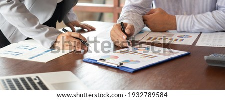 Business and Financial concept. Business team discussing assessment and evaluation of corporate showing the results of their successful teamwork. Stockfoto ©