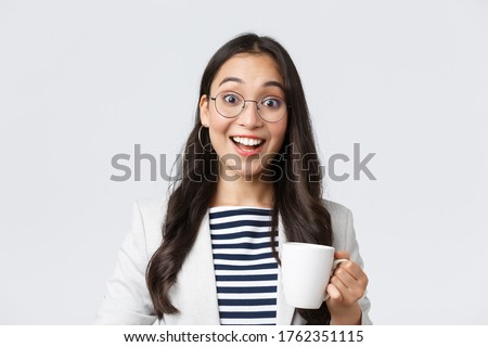 Business, finance and employment, female successful entrepreneurs concept. Close-up of outgoing smiling asian office worker talking to coworker at office kitchen, drinking coffee Foto stock ©