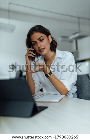 Business girl making phone call, trying to explain something. Foto stock ©