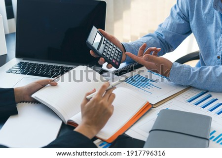 Business idea. Business people talking And calculations about charts and graphs showing the growth of investment results Of successful teamwork Foto stock ©