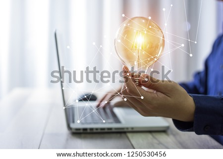 Business man holding light bulbs, ideas of new ideas with innovative technology and creativity. Foto d'archivio ©