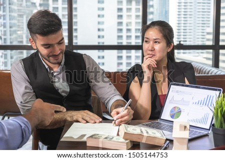 Business men and women Jointly sign an agreement in an acceptable agreement to borrow money to build a joint business #1505144753