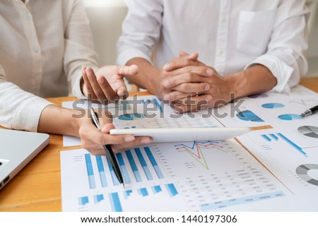 Business People Meeting to analyse and discuss and brainstorming the financial report chart data in office, Financial advisor teamwork and accounting concept Stockfoto ©