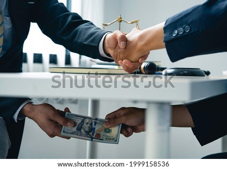 business people shaking hands and Give an under-the-table bribe to an attorney to help a lawyer win a court case. Bribery and Kickback Ideas Fraud and Fraud ストックフォト ©