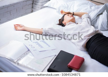 Business woman She felt stressed After work She relaxed in bed.