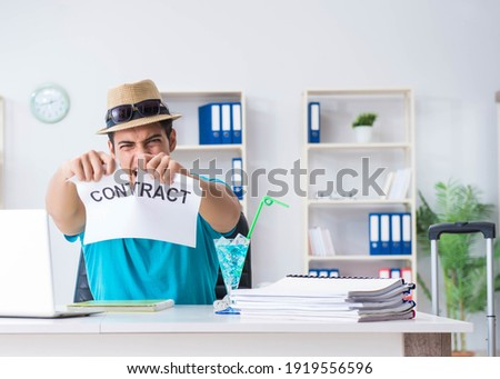 Businessman holding message in office Foto d'archivio ©