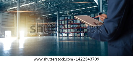 Businessman manager using tablet check and control for workers with Modern Trade warehouse logistics. Industry 5.0 concept Foto stock ©