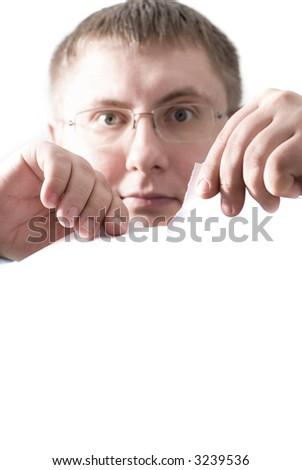 rasgón del hombre de negocios a las hojas de los pedazos delpapel