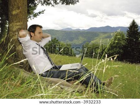 hombre de negocios que trabaja y que relaja en naturaleza.Palabra clave única para esta colección: naturebusiness77