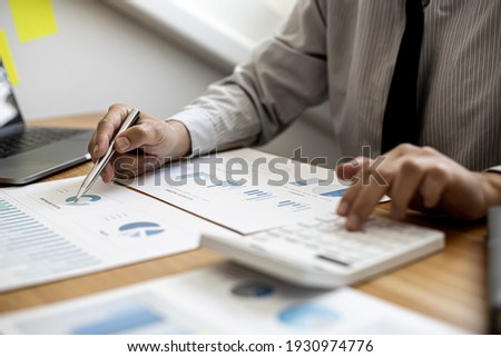 Businessman working in a private office, he is reviewing the company's financial documents sent from the finance department before he takes it to a meeting with a business partner. Financial concept. Foto stock ©