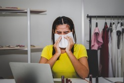 Businesswoman runs a small business, sells clothing and lipstick for women online. Works at night in her home, causing colds. Use clean tissues to wipe off mucus, relieve nasal congestion.