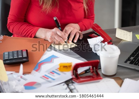 Businesswoman working on a cluttered and messy desk Photo stock ©