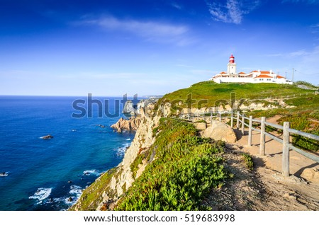 Cabo da Roca, Portugal. Lighthouse and cliffs over Atlantic Ocean, the most westerly point of the European mainland. Foto stock ©