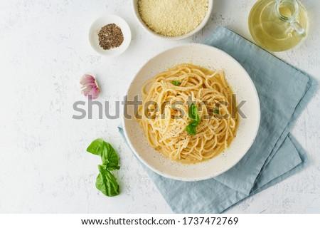 Cacio e pepe pasta. Spaghetti with parmesan cheese and pepper. Traditional italian cuisine. Top view, copy space Foto d'archivio ©
