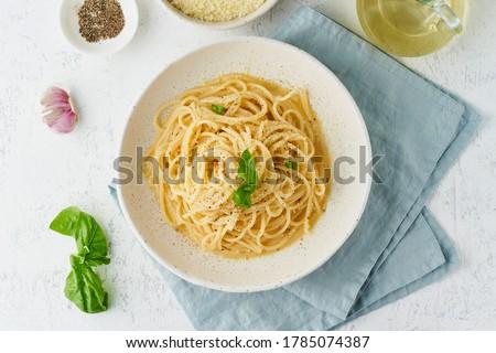 Cacio e pepe pasta. Spaghetti with parmesan cheese and pepper. Traditional italian cuisine. Top view, Foto d'archivio ©