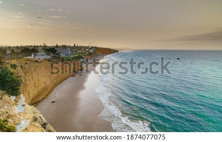 Cala Fuente del Gallo beach from Conil, in the province of Cadiz, Andalusia, Spain. Nice beach with cliffs and the waters of the Atlantic Ocean. Foto stock ©