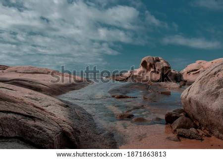 Cala roques planes con mar y cielo lleno de nuves Zdjęcia stock ©