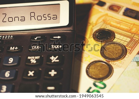 Calculator with the sign 'Zona Rossa' translating in Red Zone, concept of economic impact  Foto stock ©