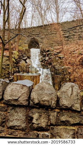 Calming Waterfall over rocks with trees in the backround Foto stock ©
