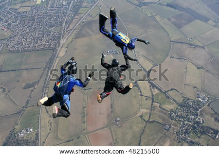 Camera man filming to skydivers