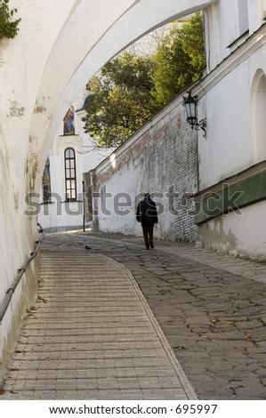 Camminando da solo nel monastery - stock photo