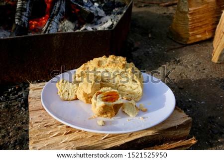 Campfire Cooking Australian Damper with honey Stockfoto ©
