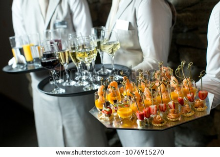 Canapes and wine on tray in waitor's hand Photo stock ©