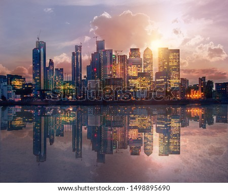 Canary Wharf business and banking area at sunset with beautiful reflection in the River Thames water. London, UK Stockfoto ©