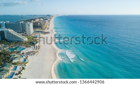 Cancun beach panorama aerial view. Zona hotelera top view. Caribbean seaside beach with turquoise water and big wave Foto stock ©