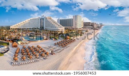 Cancun beach with resorts near blue ocean Stock foto ©