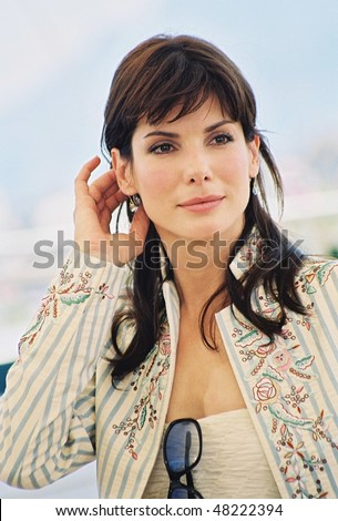 CANNES, FRANCE - MAY 25: Actress Sandra Bullock poses  the photocall for the film 'Murder by numbers' at the palais des festivals during the 55th Cannes film festival 25 May 2002, Cannes, France