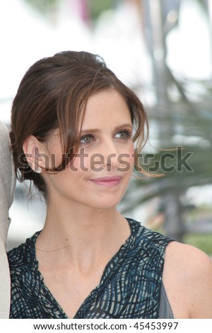 CANNES, FRANCE - MAY 21: US actress Sarah Michelle Gellar attends a photocall promoting the film 'Southland Tales' at the Palais during the 59th  Cannes Film Festival on May 21, 2006 in Cannes, France