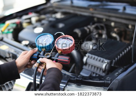 Car air conditioner check service leak test and fill refrigerant. Foto stock ©