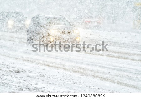 Car rides through a snowstorm. Limited vision on the road. Blizzard - car traffic in bad weather conditions Foto stock ©
