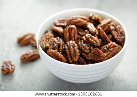 Caramelized or candied pecans for appetizer or salad in white bowl Foto stock ©