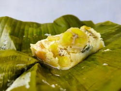 Carang Gesing is a traditional Indonesian snack that is cooked by steaming. Made from banana kepok wrapped in banana leaves.